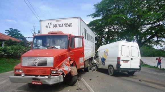 Acidente envolveu um Fiesta, caminhão-baú e van (Foto Luiz Fernandes).