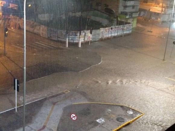 Cruzamento da Amélia Amado com a Rua Antônio Muniz alagada em hora de chuva (Foto Rafael Moreira).