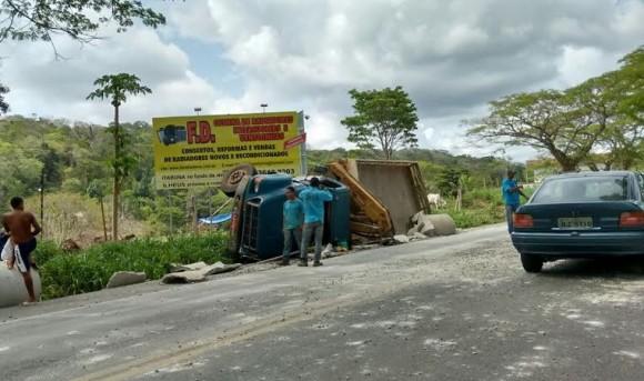 Caminhão tombou durante ultrapassagem (Foto Carlos Santiago/Papo da Tarde - Conquista FM).
