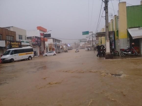 Água e lama invadem centro de Jaguaquara, no sudoeste baiano (Foto Blog do Marcos Frahm).