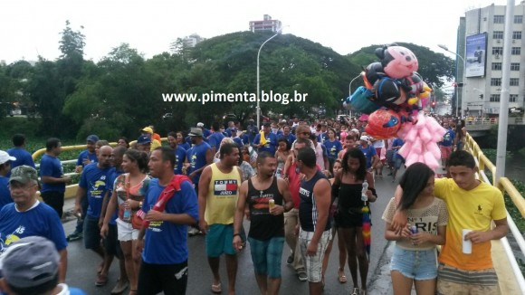 Foliões caminham em direção às avenidas Aziz Maron e Mário Padre (Foto Pimenta).