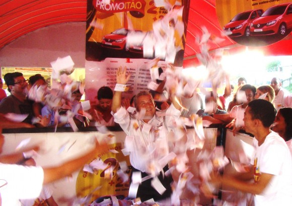 Gerente do Hiper Itão de Ilhéus, Edinildo sorteia carro zero (Foto Divulgação).