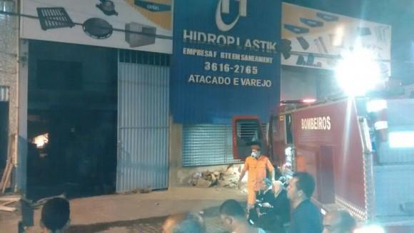 Incêndio começou no depósito de tubulações da Hidroplastik (Foto Fábio Mota)
