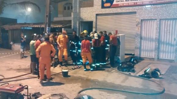 Bombeiros controlaram chamas ainda ontem à noite (Fotos Fábio Mota).