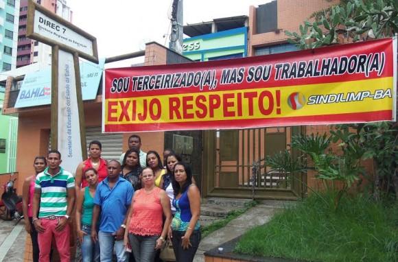 Terceirizados fazem protesto em frente ao NRE 5, em Itabuna (Foto Divulgação).