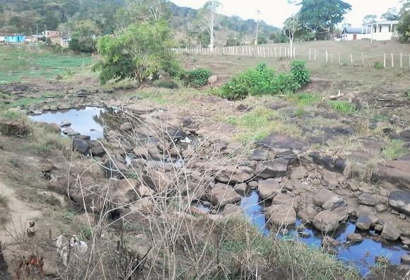 Uns míseros filetes d´água são alívio para moradores de Sequeiro Grande, em Itajuípe.