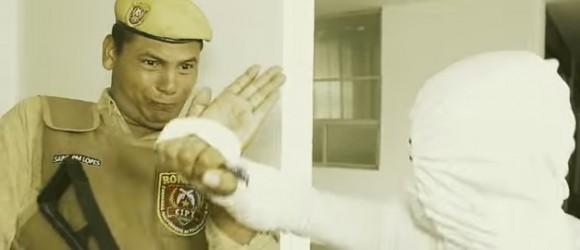 Dragão Marinho é o Sargento Lopes na versão baiana de Tropa de Elite (Reprodução).