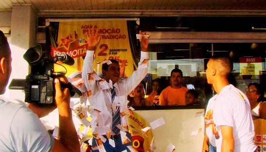 Gerente Carlos Jean sorteia segundo carro zero (Foto Divulgação).