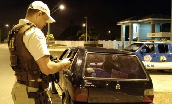 Patrulheiro confere documentação de veículo durante operação (Foto Divulgação).