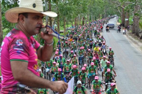 Jô França anima centena de ciclistas da EcoBike, em Canes (Foto Walmir Rosário).