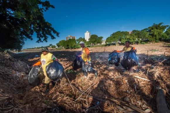 Homens retiram garrafas plásticas e objetos que possam servir de criadouro do mosquito (Foto Pedro Augusto).