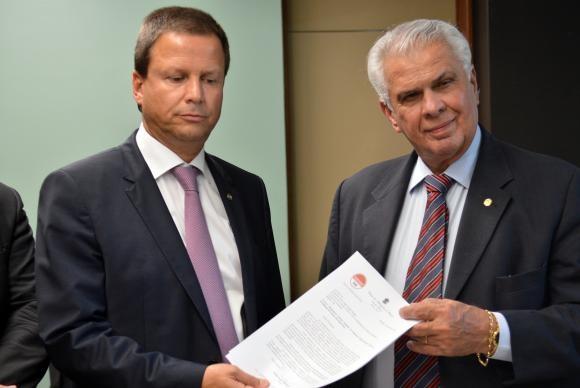 Lamachia entrega pedido ao presidente do Conselho de Ética da Câmara, José Carlos Araújo (Foto Antônio Cruz/AB).