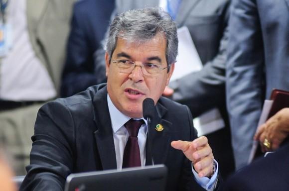 Para senador, regras atuais não são suficientes (Foto Pedro França/Agência Senado).