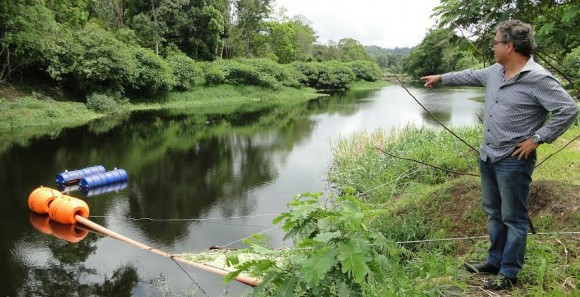 Dirigente da Emasa em vistoria a um dos pontos de captação no Rio Almada.