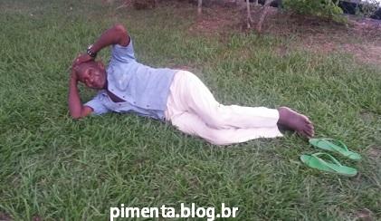 Seu Sebastião resolveu deitar na grama para descansar da longa espera.