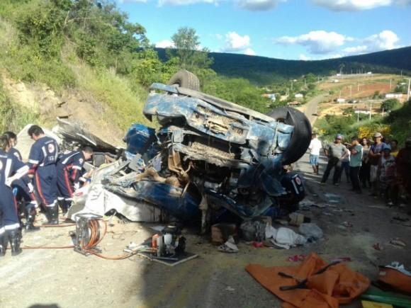 Caminhão capotou e deixou quatro mortos em Conquista (Foto PM-BA).