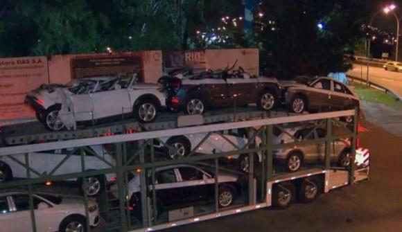 Carros de luxo ficaram parcialmente destruídos (Reprodução TV Globo).
