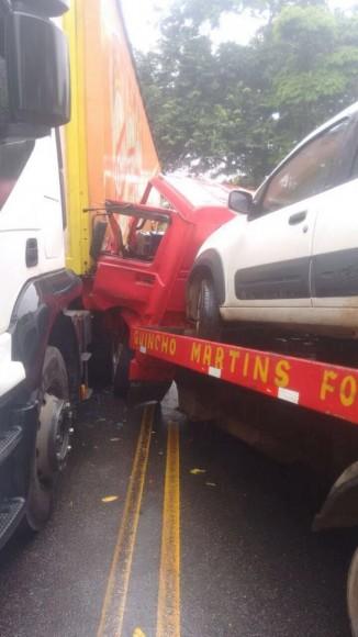 Caminhão que transportava o Fiat Uno bateu violentamente em carreta