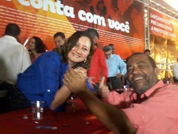 Evans Maxewl e a presidente do PCdoB itabunense, Márcia Roseli, na filiação ao partido.