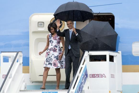 Michele e Barack Obama desembarcam na capital cubana (Foto Michael Reynolds/EPA-Agência Brasil).