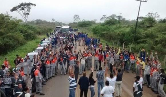 Trabalhadores da Mirabela durante assembleia (Foto Reprodução).