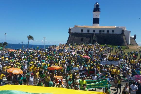 Manifestação em Salvador ficou concentrada na Barra (Foto Sayonara /Agência Brasil).