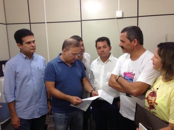 Vilas-Boas, ao centro, em visita ao QG da Dengue, em Itabuna (Foto Divulgação).