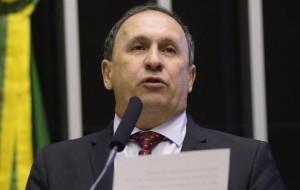 João Gualberto disse que tem deputado negociando com Dilma e Temer