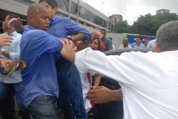 Fábio Barreto carrega ACM Neto nos braços, após protestos (Foto Reprodução WhatsApp).