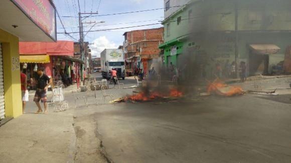 Moradores atearam fogo em objetos em protesto contra a falta de água (foto redes sociais)