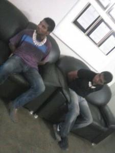 Aelson e Babau teriam sido presos por resistir ao cumprimento de um mandado pela PM (imagem circula nas redes sociais)
