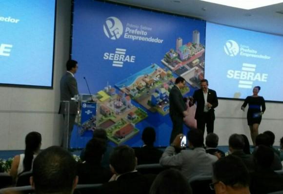 Prefeito recebe prêmio em Salvador (Foto Sebrae).