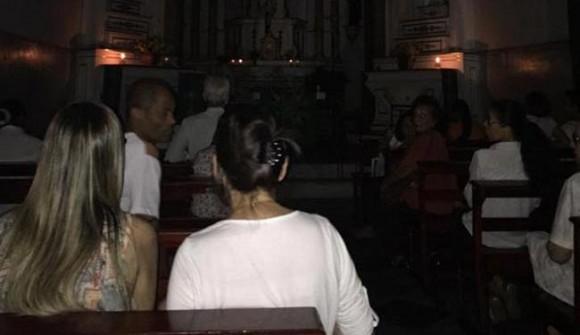 Fiéis assistem à missa às escuras em igreja de Salvador (Reprodução Facebook).