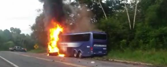 Chamas destruíram ônibus e carro de passeio depois de colisão (Foto Edson Vieira).