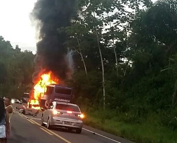 Carro de passeio e ônibus pegaram fogo depois de colisão (Foto Edson Vieira/Pimenta).