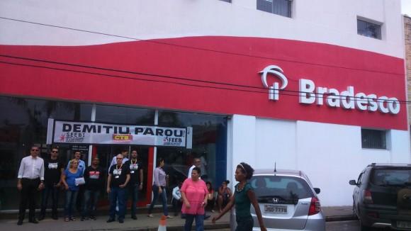 Bancários fecham agência do Bradesco contra demissões.