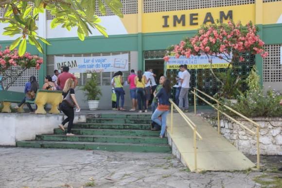 Movimentação de candidatos em frente ao Imeam, no Alto Mirante (Foto Gabriel Oliveira).