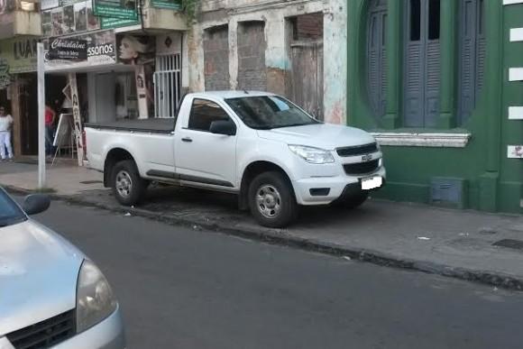 Carro na calçada www.pimenta.blog.br
