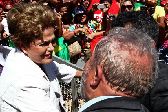 Dilma Rousseff diante de militantes e do ex-presidente Lula em frente ao palácio (Foto Juca Varella/Agência Brasil).