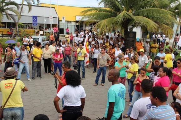 Servidores protestam no estacionamento do centro administrativo de Itabuna.