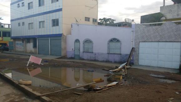 Trecho da rua está abandonado há seis anos, segundo moradores (Foto do leitor).