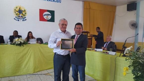 Josias recebe título das mãos do vereador Antônio Bastos (Divulgação).