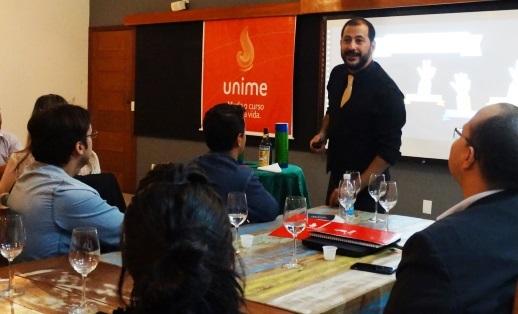 Karim alia técnicas do ilusionismo para motivar equipes (Foto Divulgação).