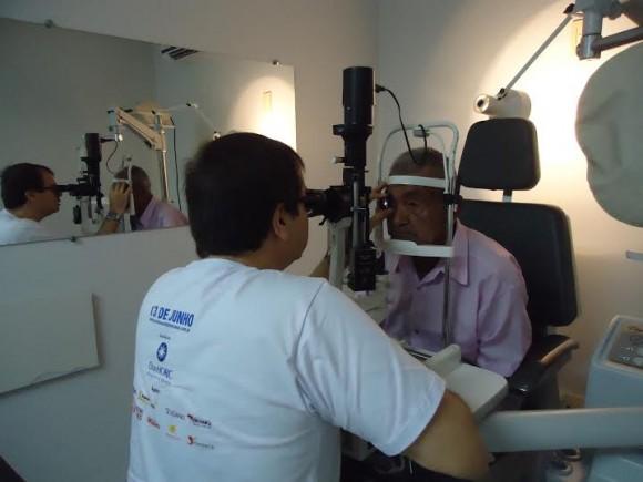 Paciente passa por exame de detecção do glaucoma durante mutirão do ano passado.