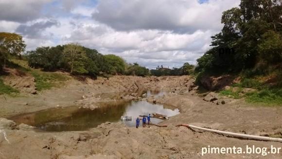 Situação do Rio Cachoeira numa área onde a Emasa consegue captar água a cada 12 horas, em Nova Ferradas.