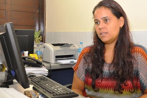 Caroline Suzart, da SAS, orienta beneficiários (Foto Wilson Oliveira).
