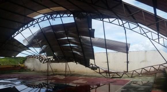 Teto do ginásio não suportou volume de chuva (Foto Maraú Notícias).
