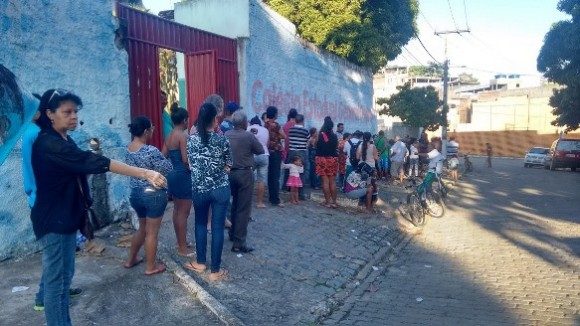 Paciente buscam vacina na unidade de saúde Lavínia Magalhães, no Conceição (foto Pimenta)