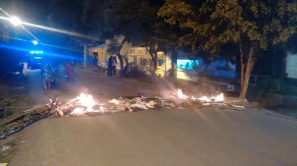 Moradores queimaram objetos, interditando a rua (foto Pimenta)