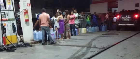 Moradores de Itabuna pegam água em poço de posto de gasolina (Foto José Neto).